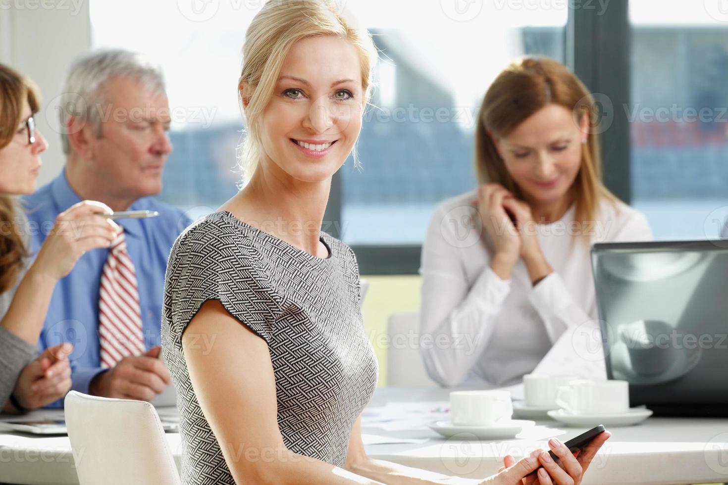 uma empresária em uma reunião em um escritório foto