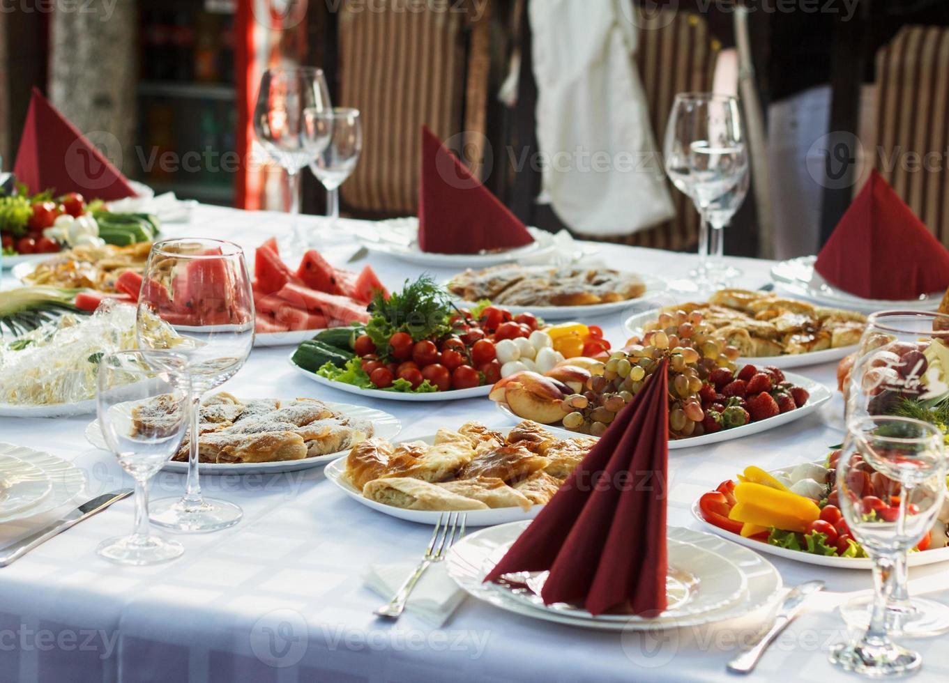 mesa de banquete lindamente com comida foto