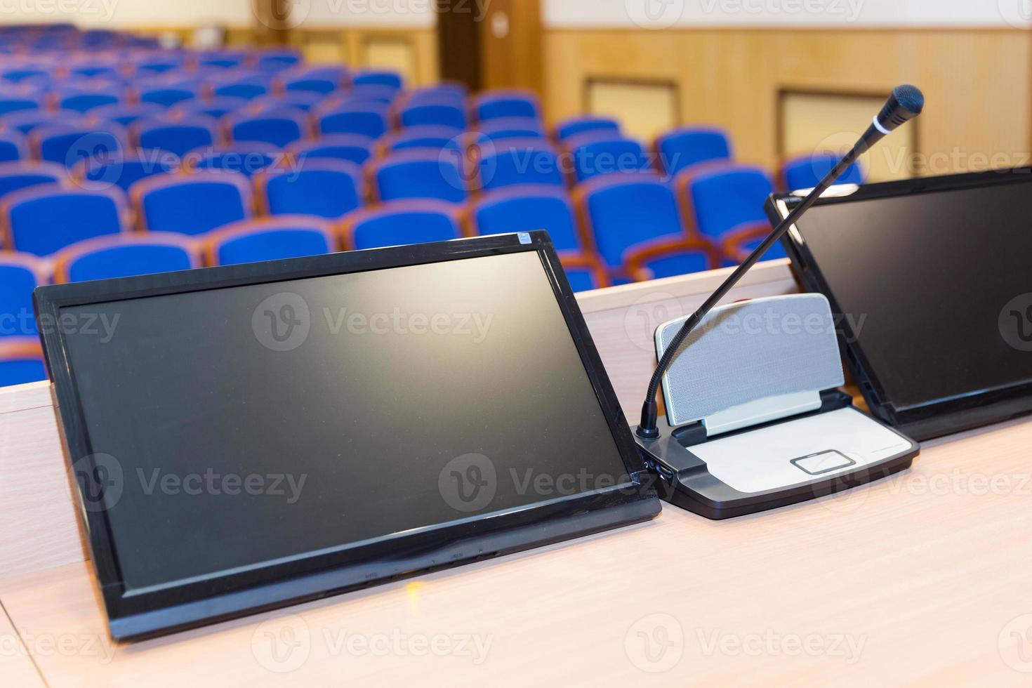 tribuna na sala de conferências foto