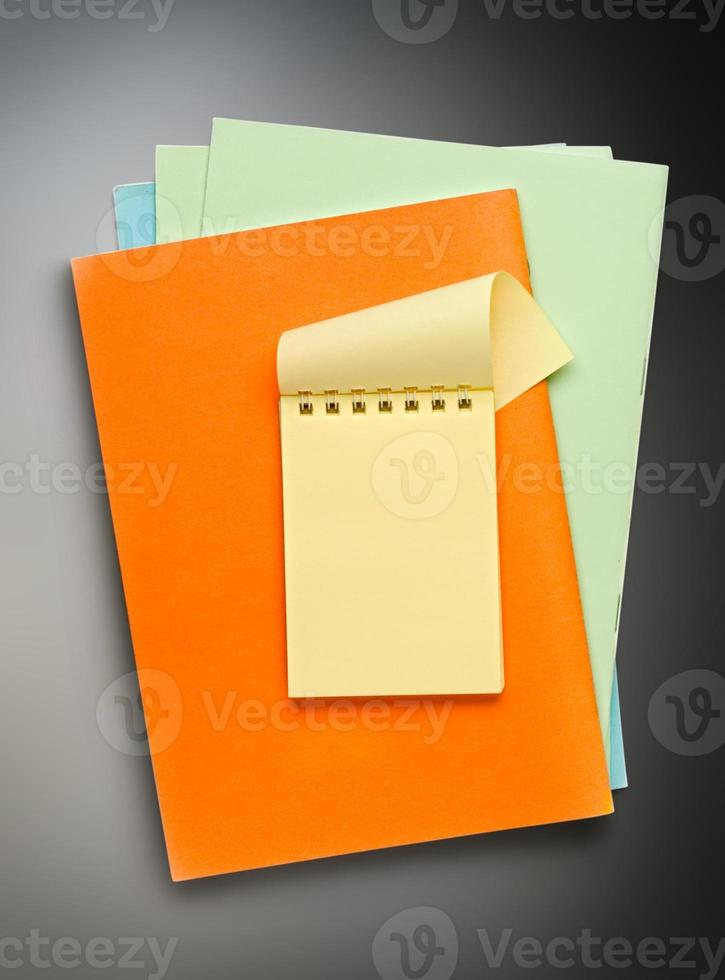 abra o bloco de notas amarelo em papel colorido foto