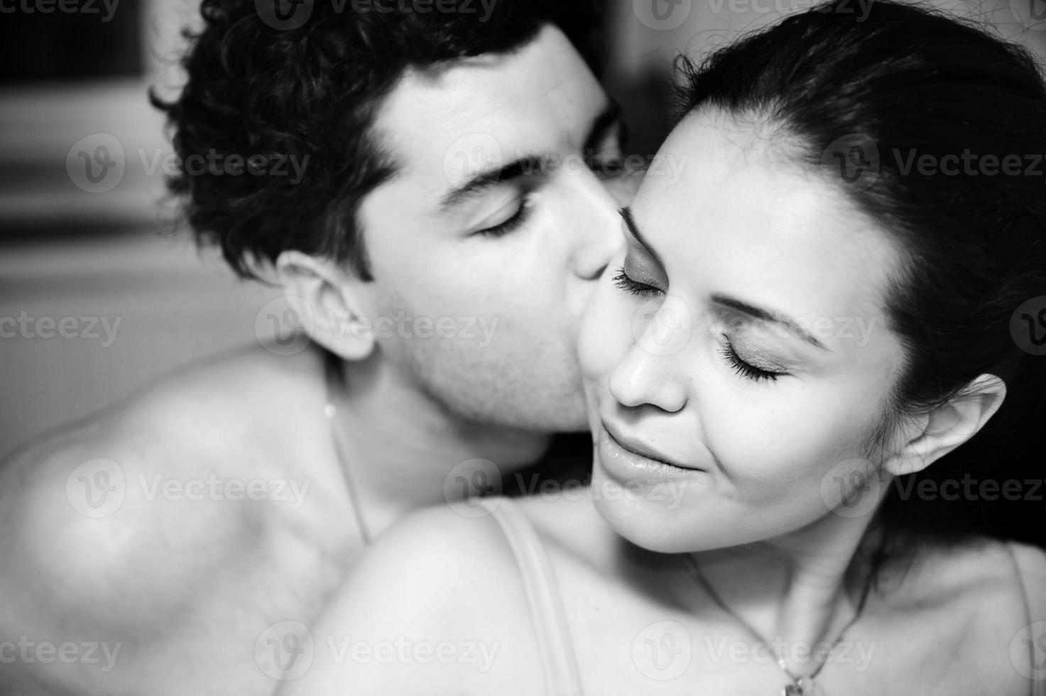 homem e mulher abraçando ternamente. foto