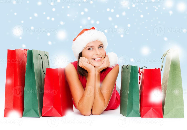 mulher de camisa vermelha com sacolas de compras foto