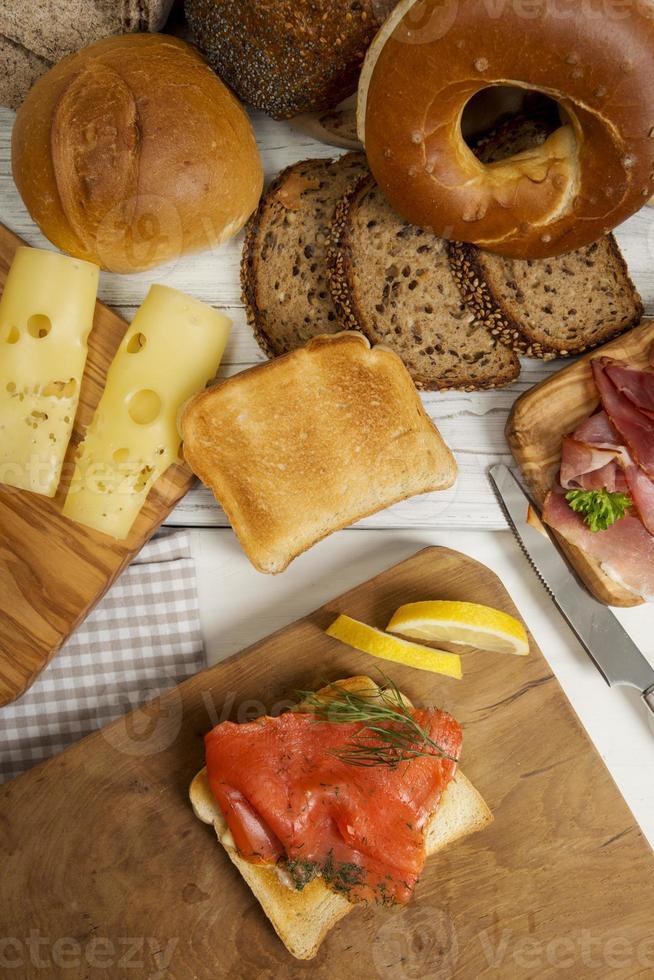 café da manhã com salmão gravado na torrada, pão, presunto, queijo, pão foto