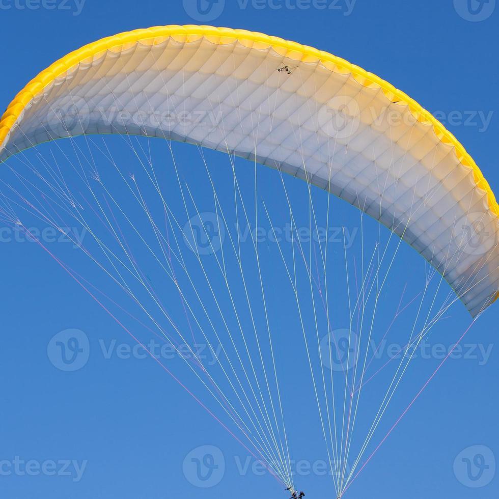parapente em um céu azul foto