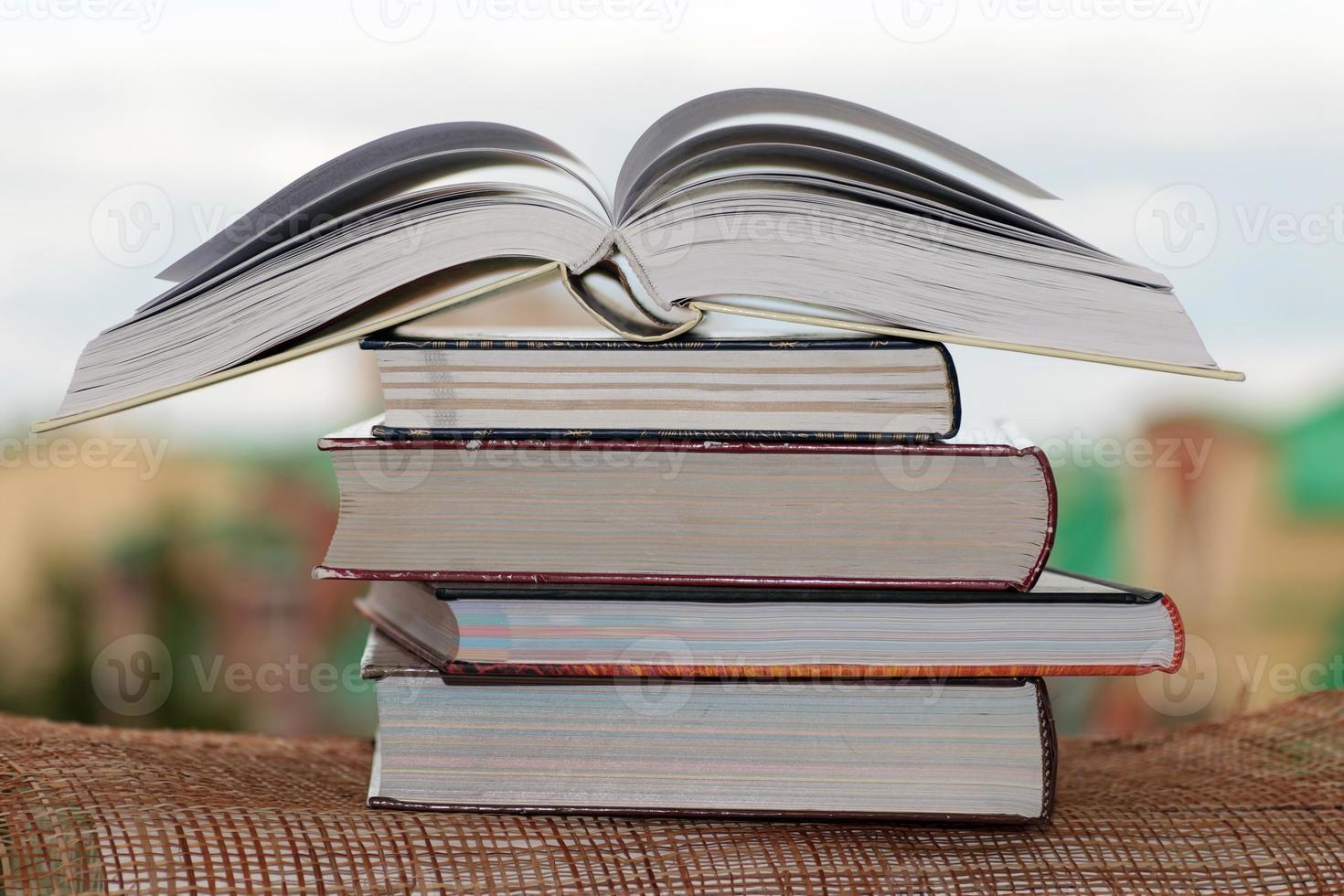 pilha de livros no fundo da cidade foto