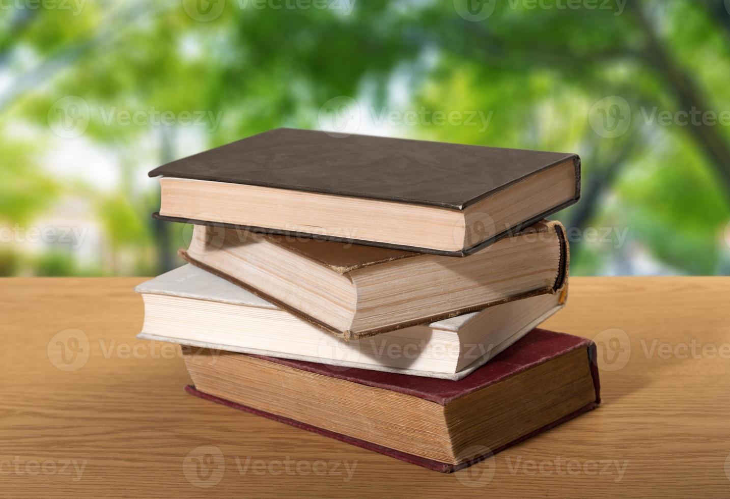 livro. uma pilha de livros com biblioteca nas costas foto