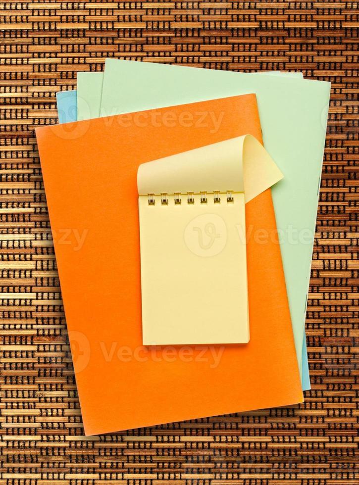 bloco de notas amarelo foto