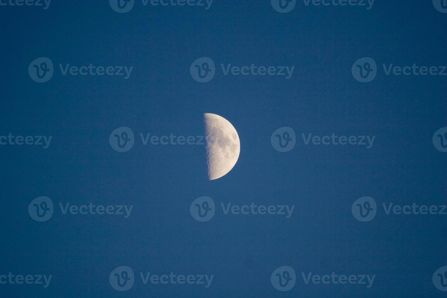 meia-lua no céu noturno foto