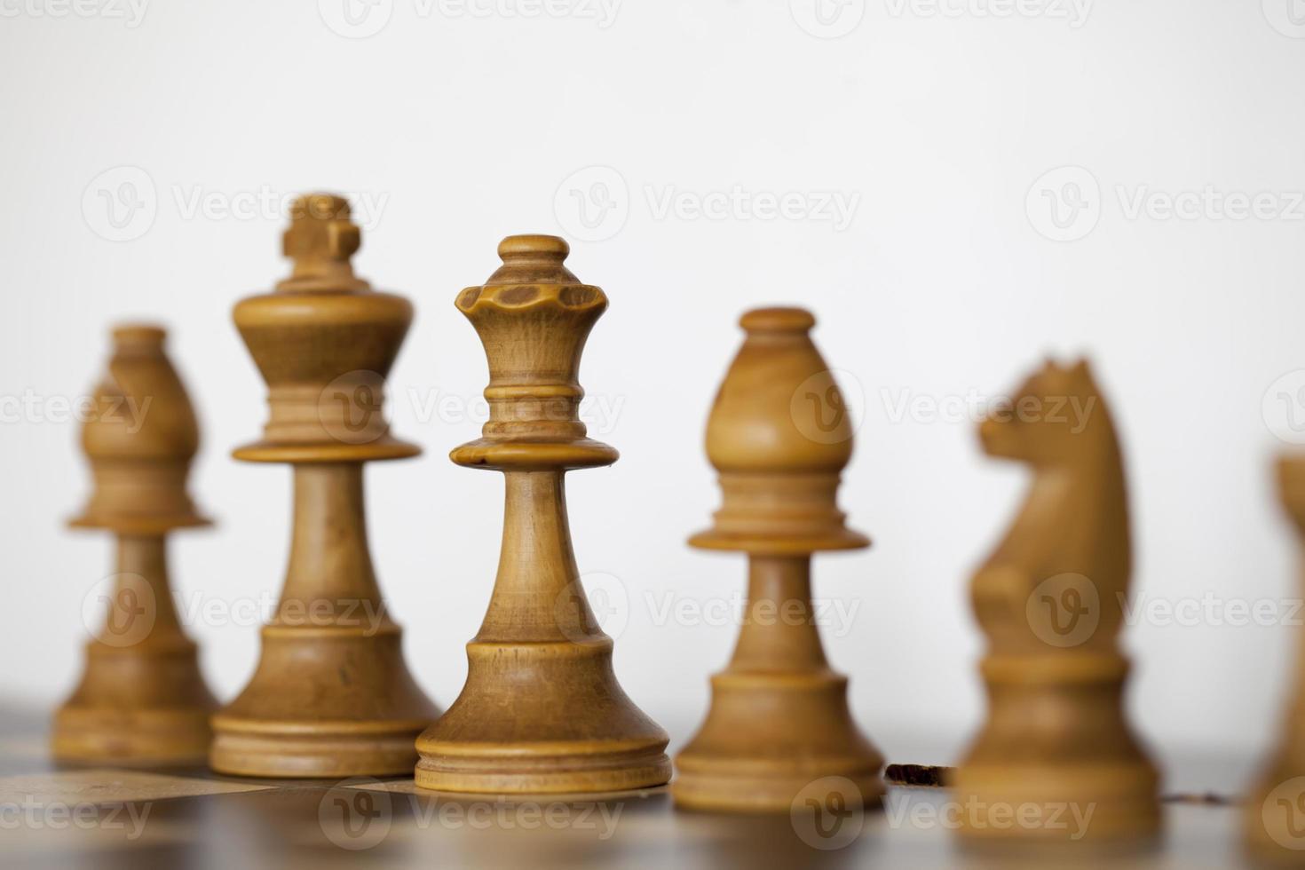 peças de xadrez branco de madeira no tabuleiro de xadrez foto