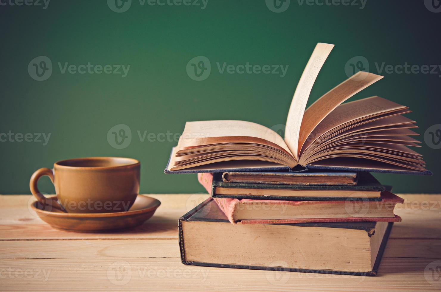 pilha de livros na mesa de madeira foto