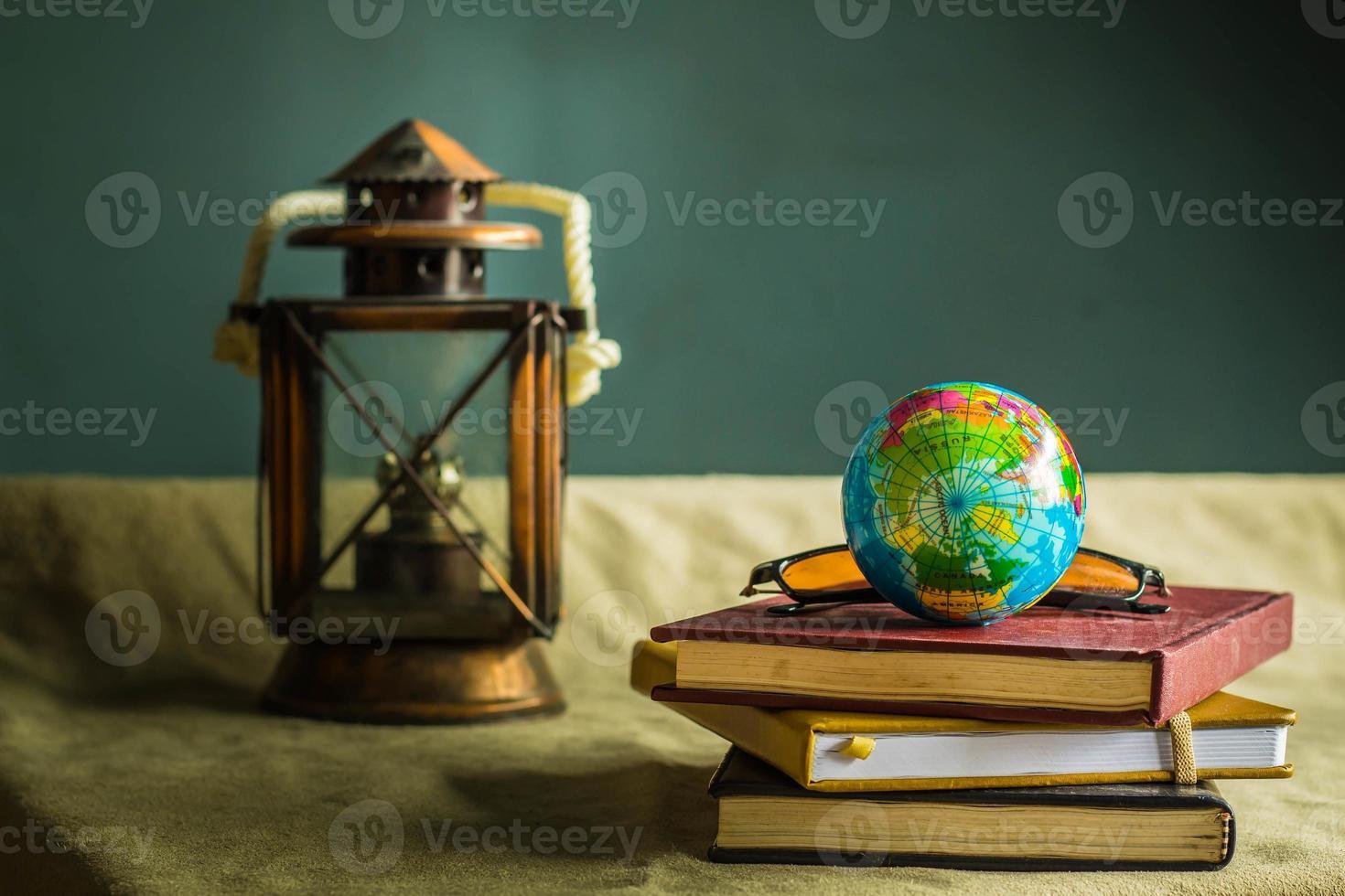 globo e livros antigos foto