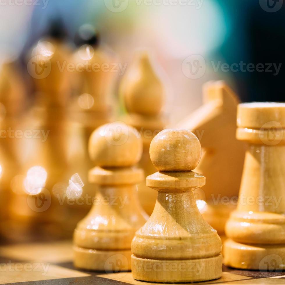 xadrez velho em pé no tabuleiro de xadrez foto