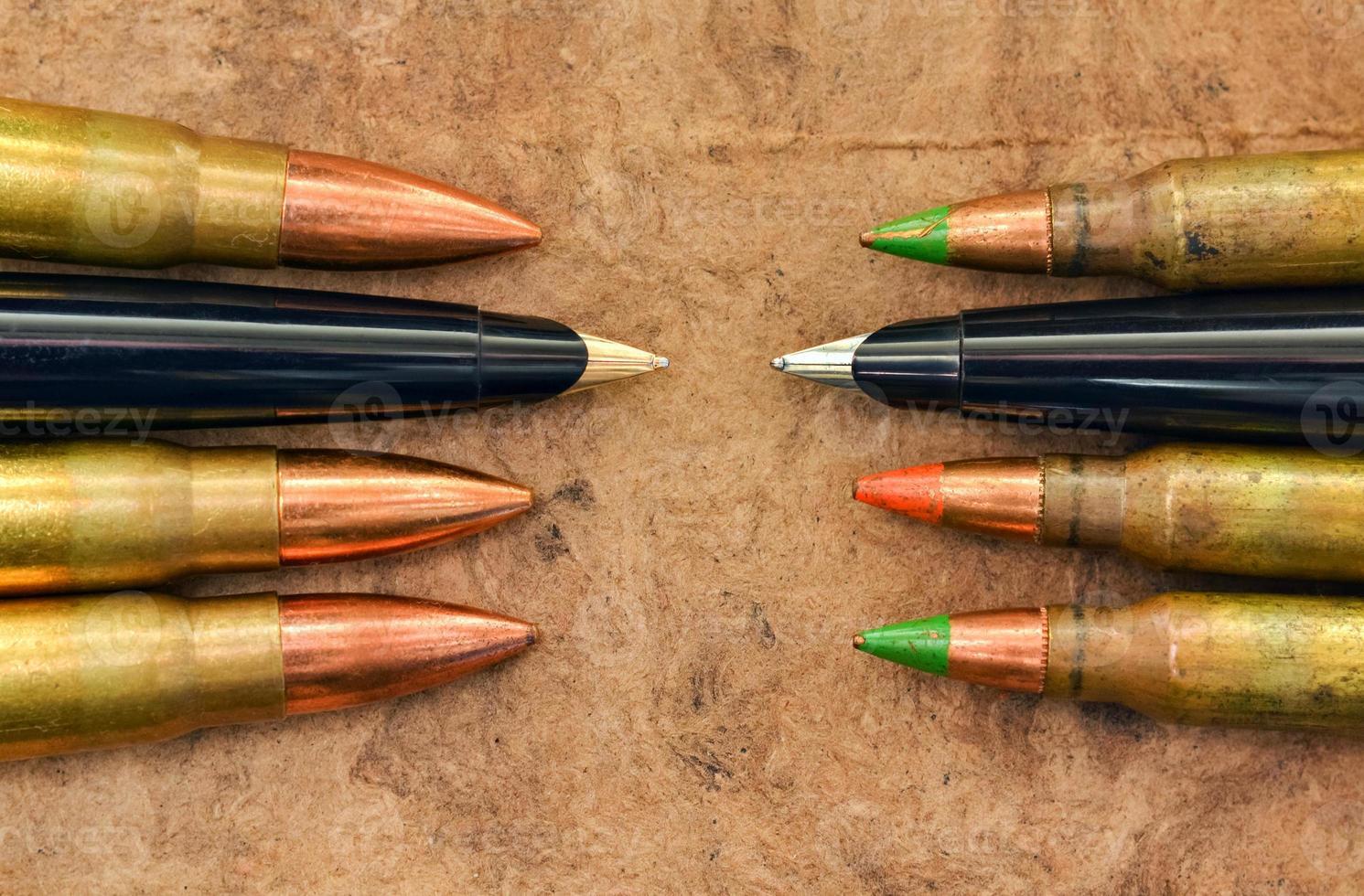 canetas e balas foto