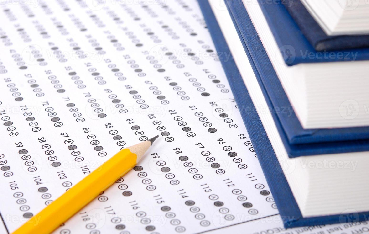 folha de respostas com lápis foto