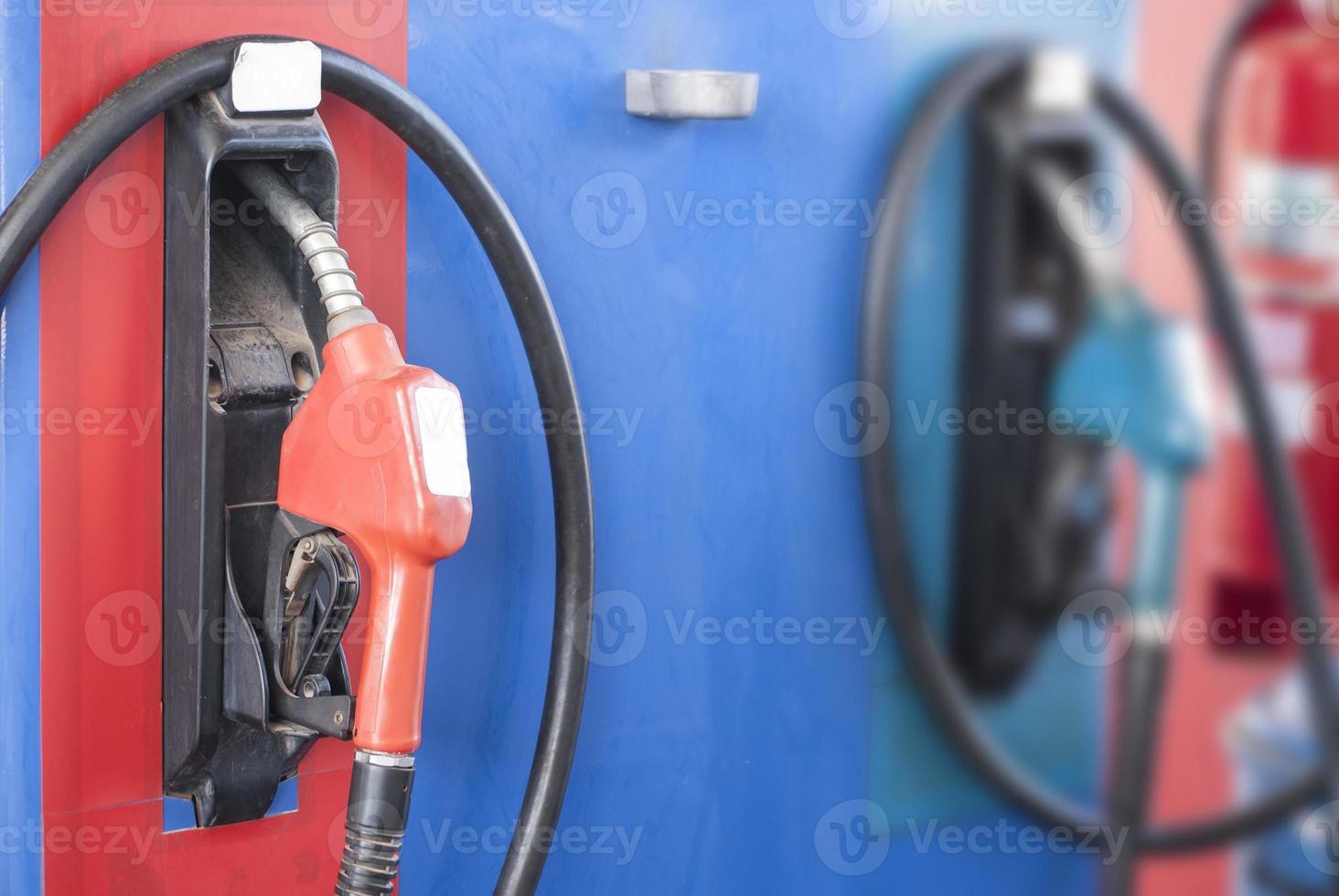bicos de bomba em posto de gasolina foto