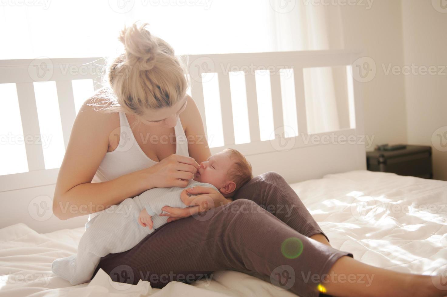 limpando o nariz do bebê foto