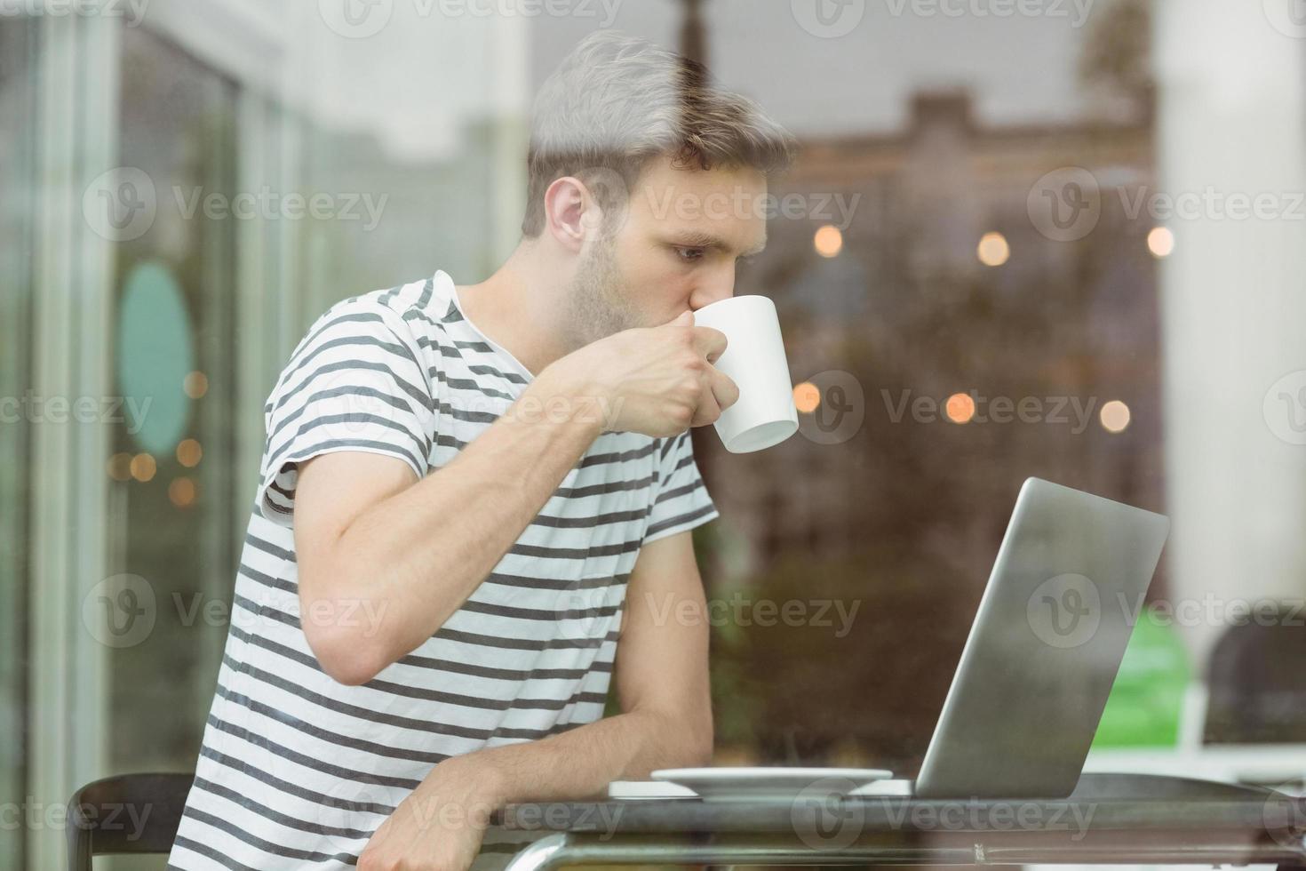 estudante sorridente bebendo bebida quente foto