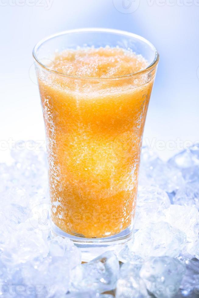 bebida gelada de laranja foto