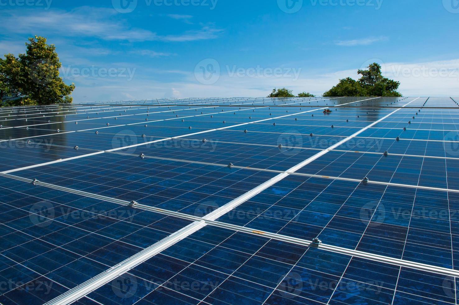 painel solar em um telhado de habitat foto