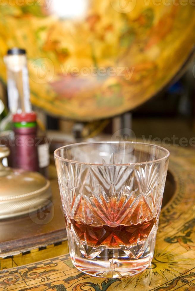 uísque no globo de bebidas foto