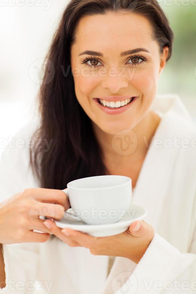 linda mulher tomando café foto