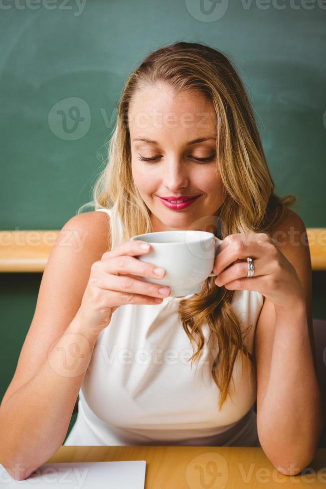 empresária linda tomando café foto