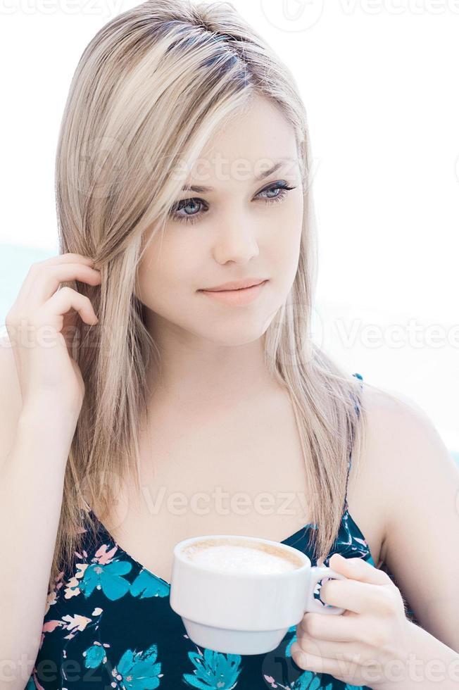 linda loira adolescente bebendo café foto