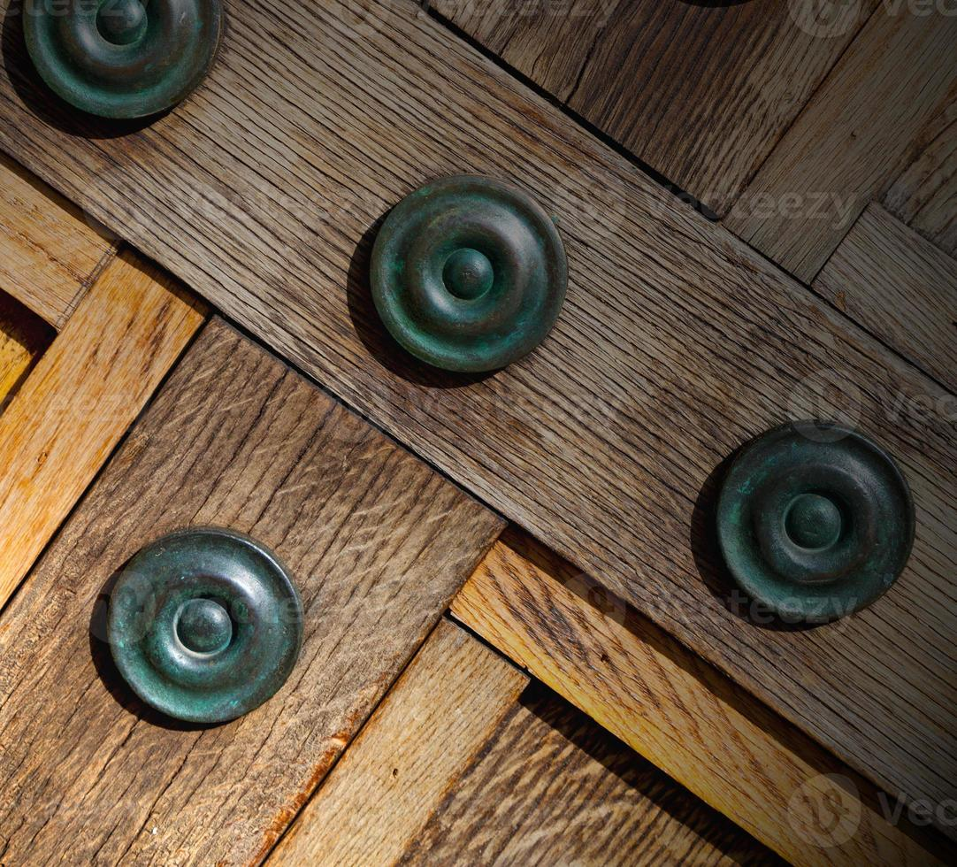 em londres porta marrom antigo enferrujado bronze prego e luz foto