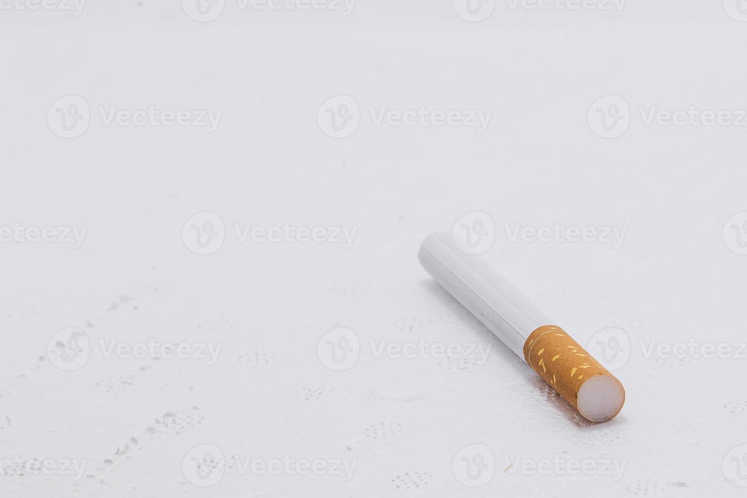 um cigerette com fundo branco foto