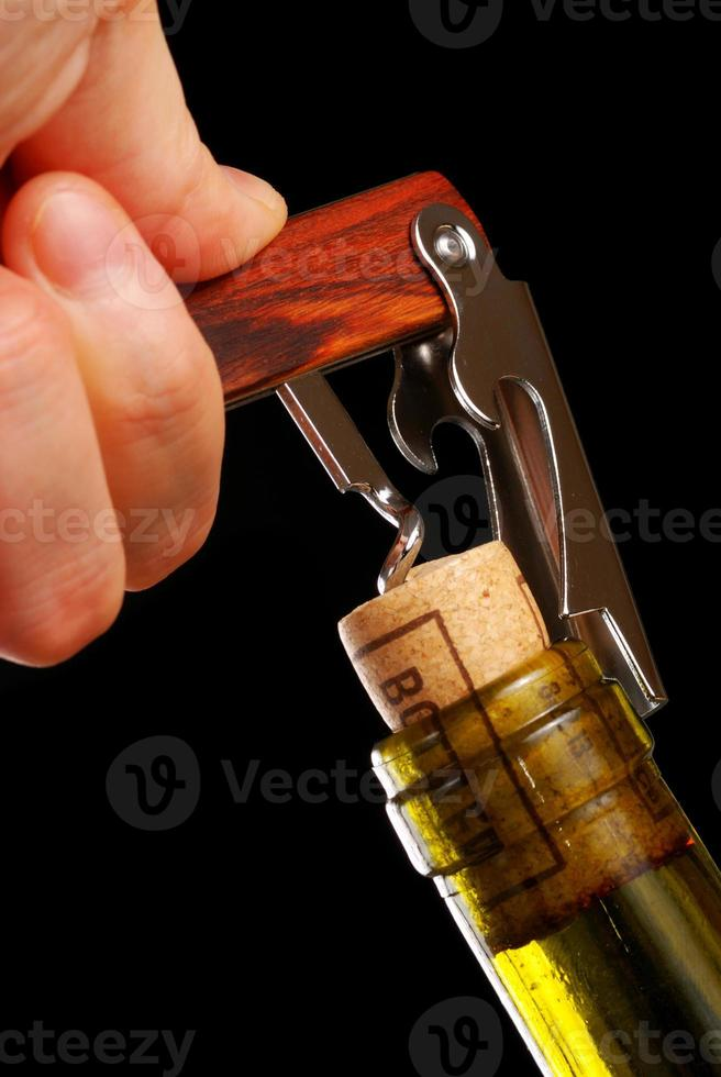 abrindo uma garrafa de vinho foto