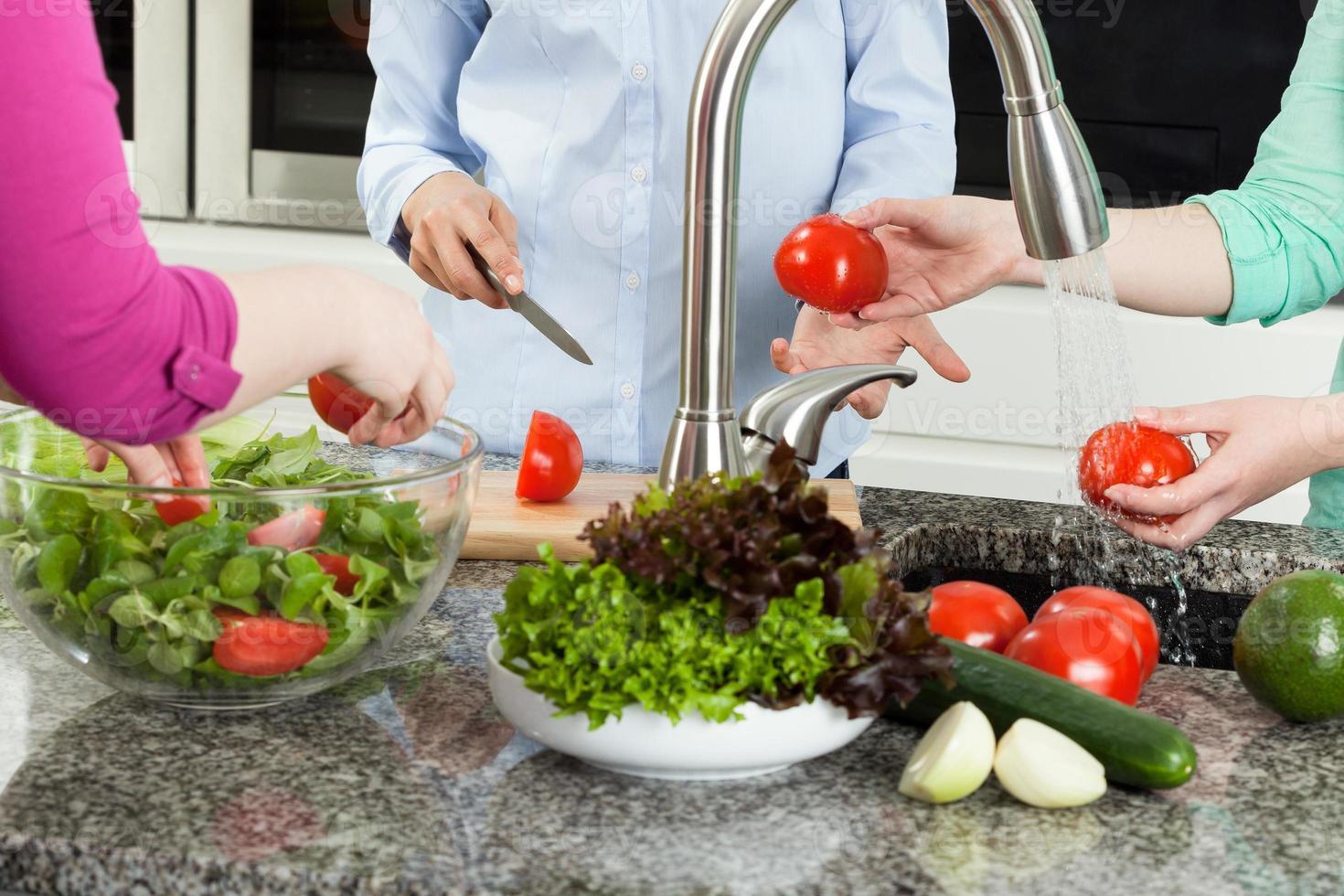 grupo de mulheres preparando comida na cozinha foto