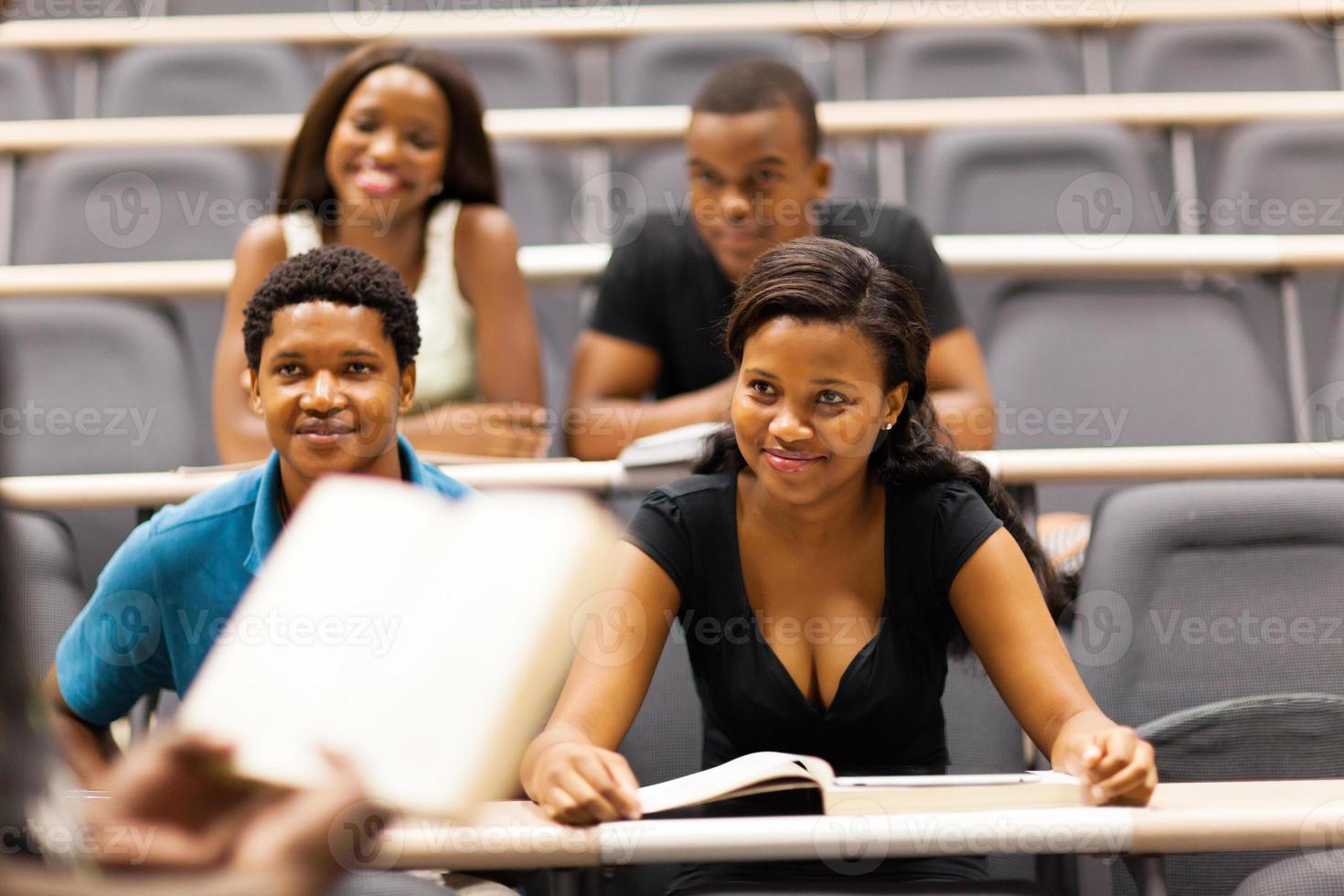 professor palestrando grupo de estudantes africanos foto