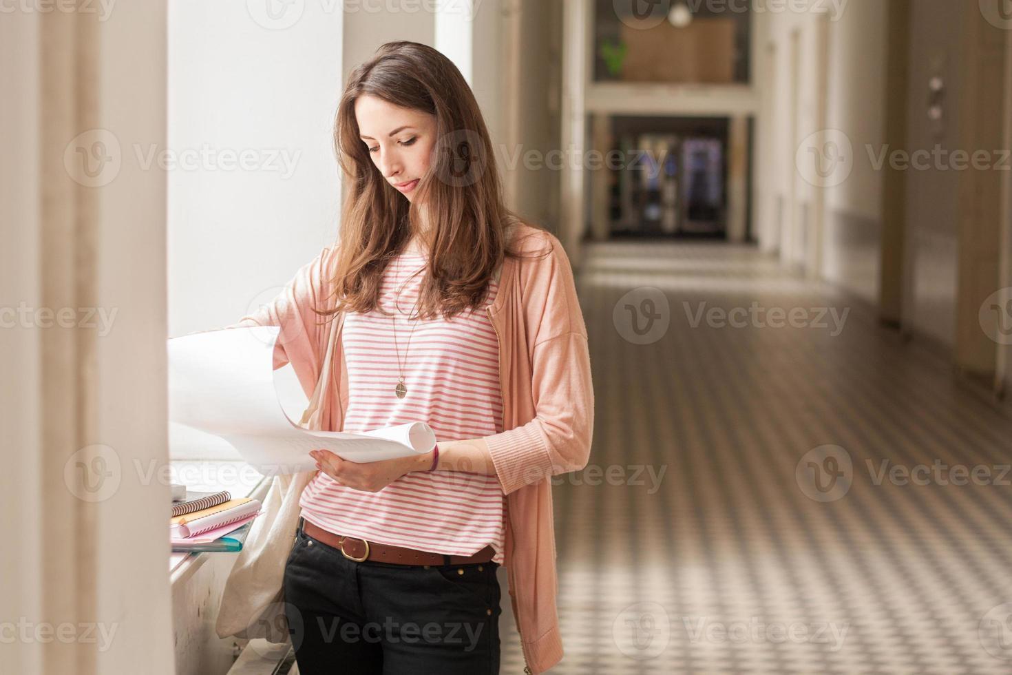 estudante universitário sorridente segurando livros foto