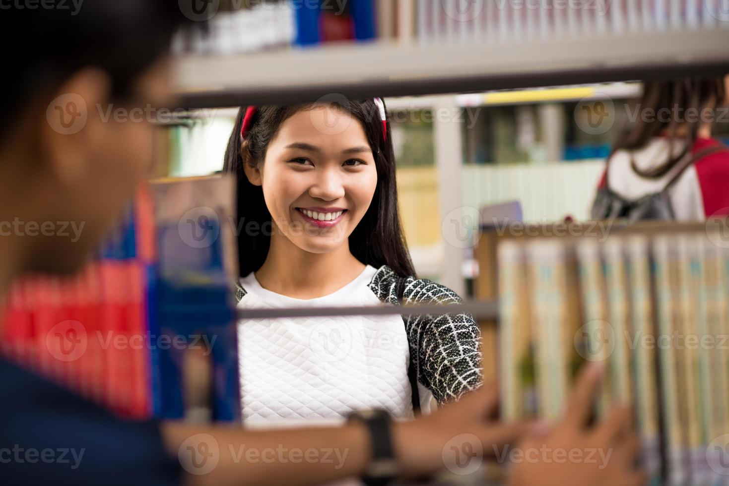 universitária na biblioteca foto