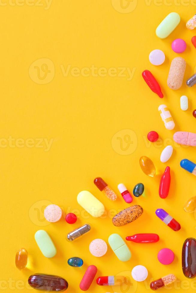 muitas pílulas coloridas isoladas foto