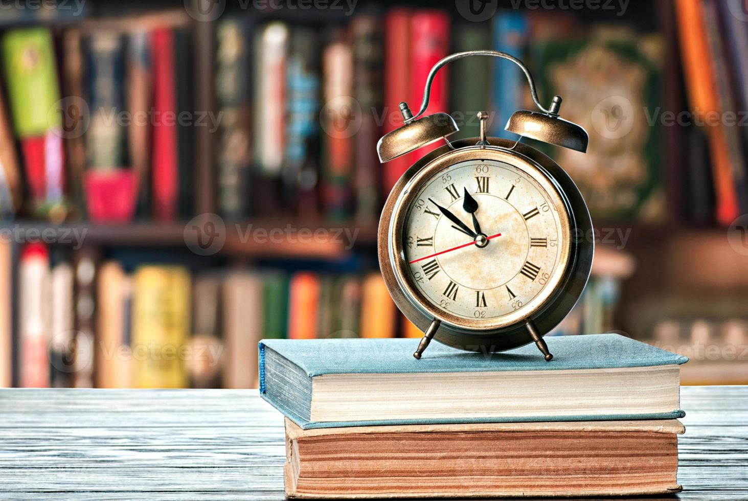 livros e despertador foto