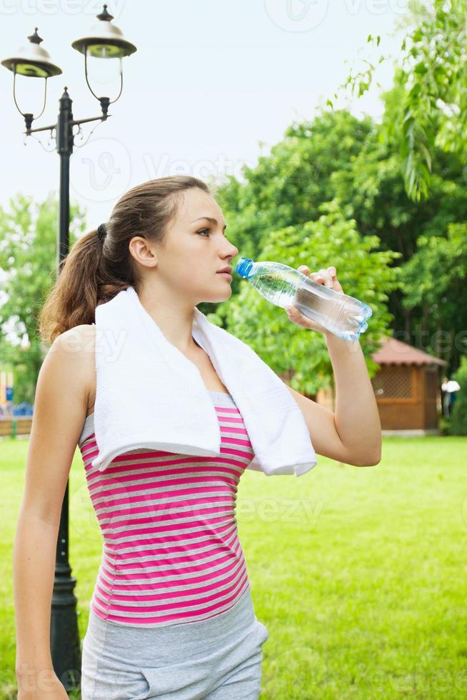 mulher bebe água foto
