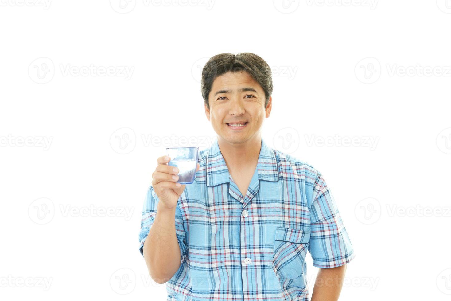 homem bebendo água fresca foto