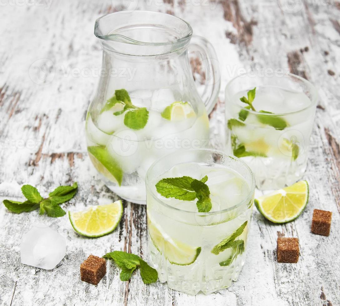 bebida gelada de limonada fresca foto