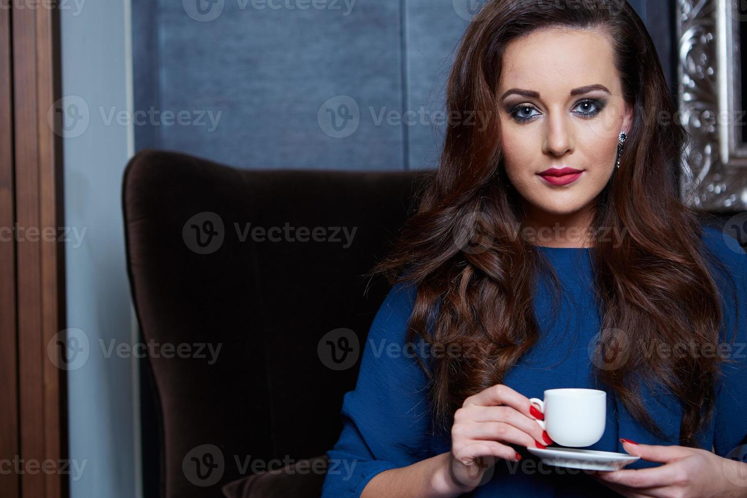 mulher linda tomando café foto