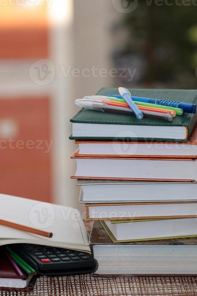 caneta lápis estudo livros didáticos foto