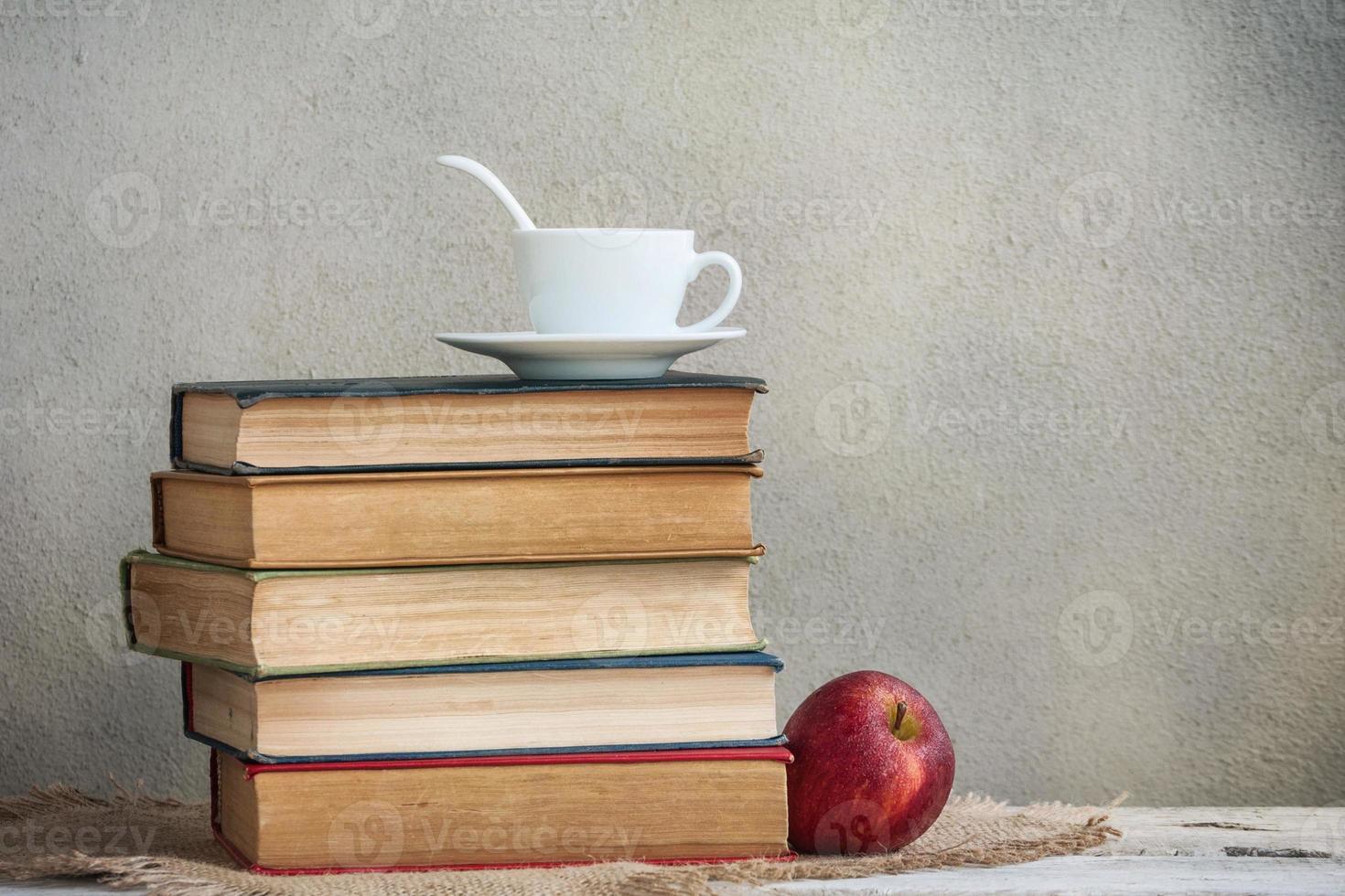 livros e chá foto
