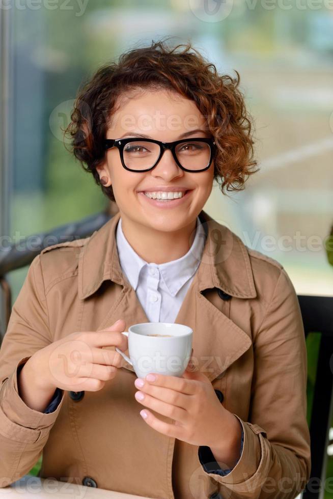 garota legal tomando café foto