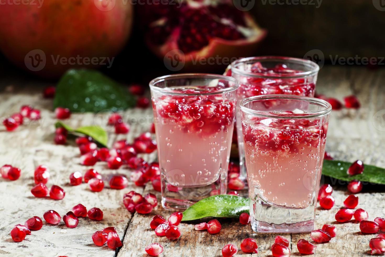 bebida carbonatada refrescante de romã foto