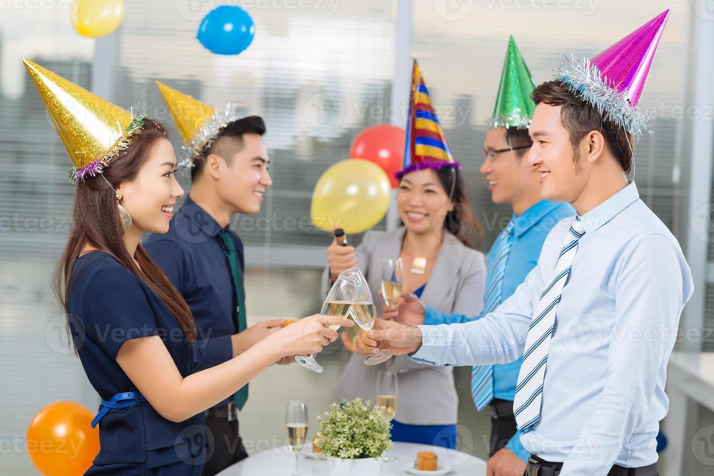 bebendo na festa do escritório foto