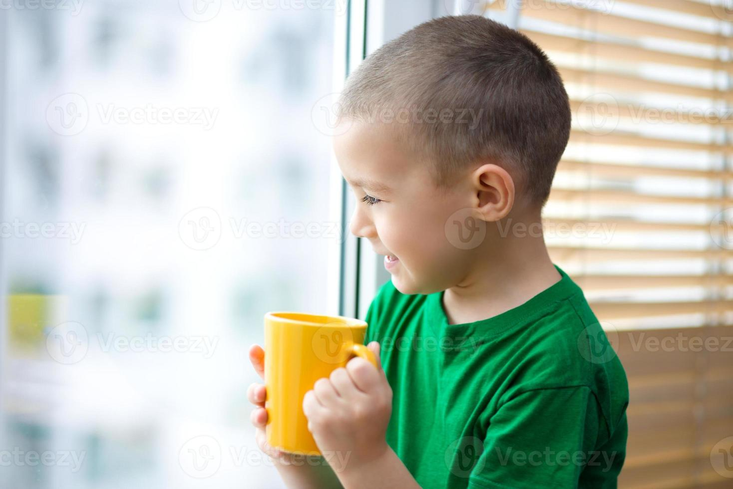 menino está bebendo chá foto