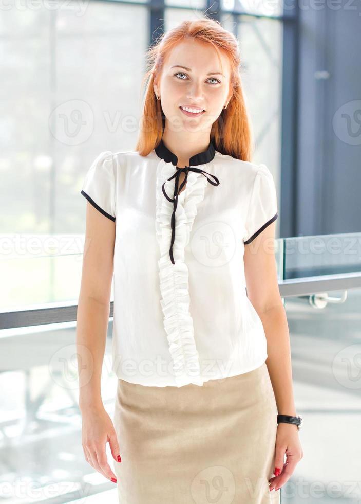 jovem mulher bonita no interior de vidro moderno foto