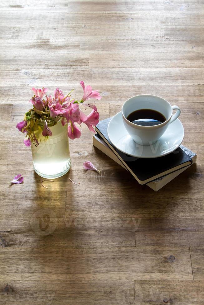lendo e tomando café foto