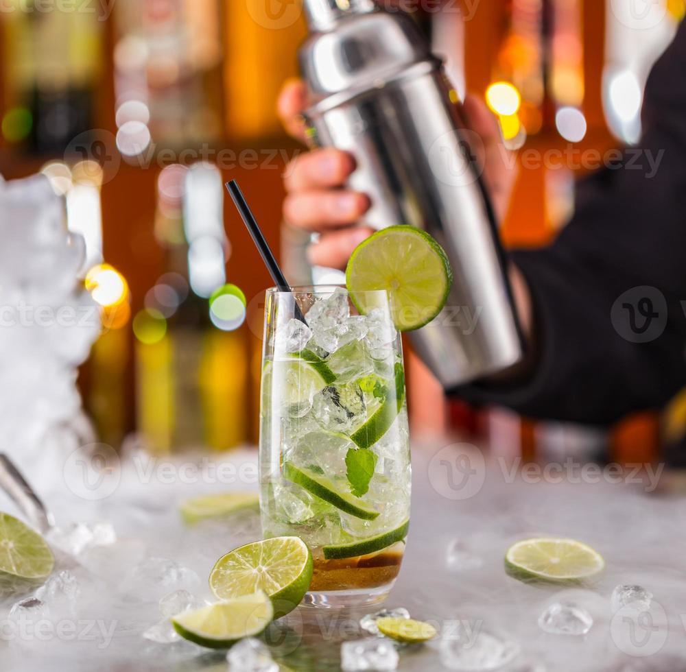 bebida de mojito no balcão do bar foto