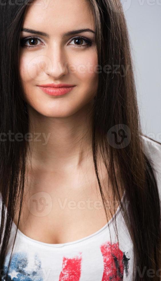 jovem menina morena sorrindo foto